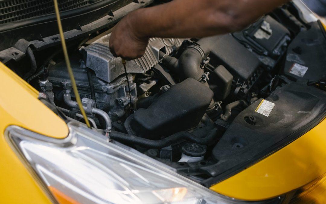 Com detectar una fuita d'oli en el cotxe?
